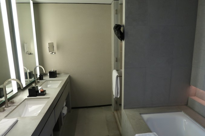 ARMANI HOTEL DUBAI: FOUNTAIN SUITE - BATHROOM