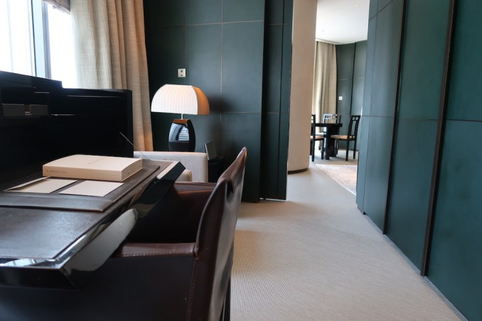 ARMANI HOTEL DUBAI: FOUNTAIN SUITE - OFFICE