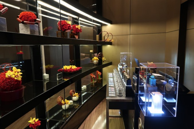 ARMANI HOTEL DUBAI: LOBBY - BOUTIQUE SHOP