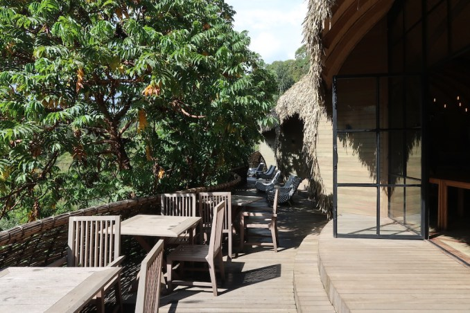 BISATE LODGE: MAIN PAVILION - BALCONY