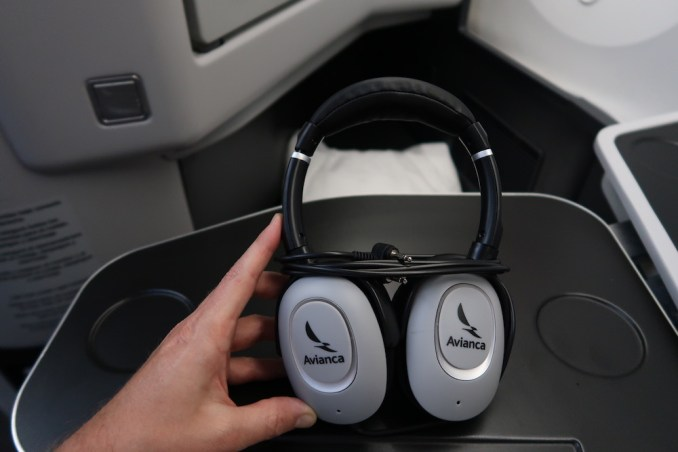 AVIANCA B787 BUSINESS CLASS: NOISE-CANCELLING HEADPHONES