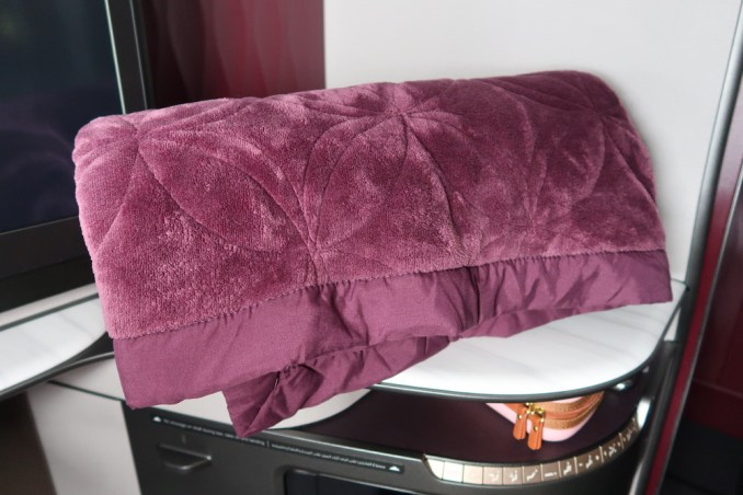 QATAR AIRWAYS A350 QSUITE: BLANKET