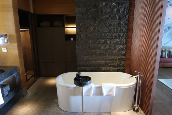 THE CHEDI ANDERMATT: DELUXE ROOM (BATHROOM)