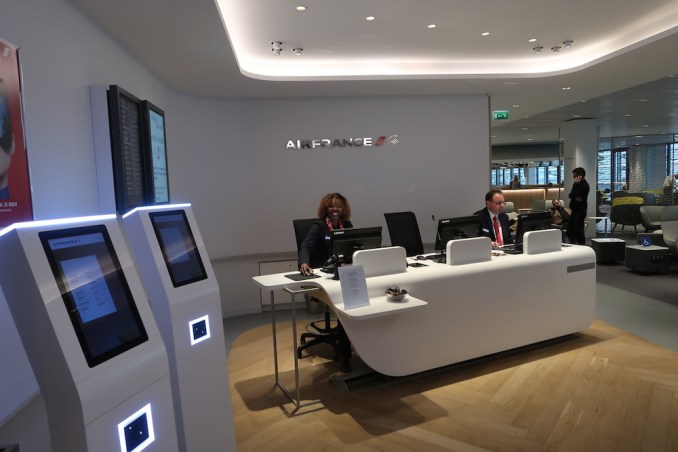 AIR FRANCE LOUNGE AT PARIS CDG AIRPORT: RECEPTION DESK