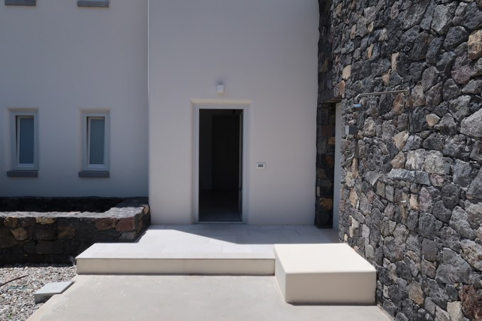 CANAVES OIA EPITOME: TWO BEDROOM VILLA (ENTRANCE)