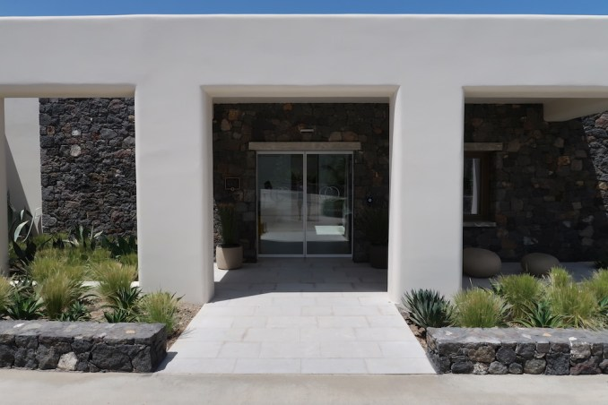 CANAVES OIA EPITOME: ENTRANCE COURTYARD