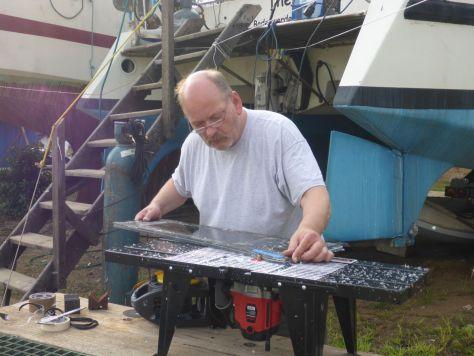 Der Skipper beim Fräsen der ersten Seitenscheiben