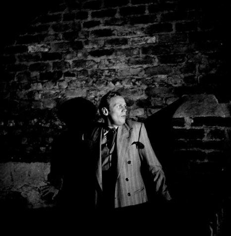 night-and-the-city-1950-002-man-against-the-wall-00o-446