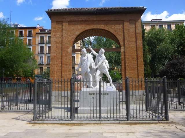 Madrid_-_Malasaña,_Plaza_del_Dos_de_Mayo,_Monumento_a_Daoiz_y_Velarde_1