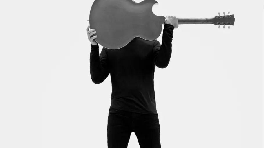 """NY SINGEL & VIDEO. Rockikonen Bryan Adams aktuell med """"So Happy It Hurts"""" och kommande Sverigespelningar!"""