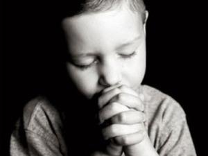children-child-praying-hersheyfree-com