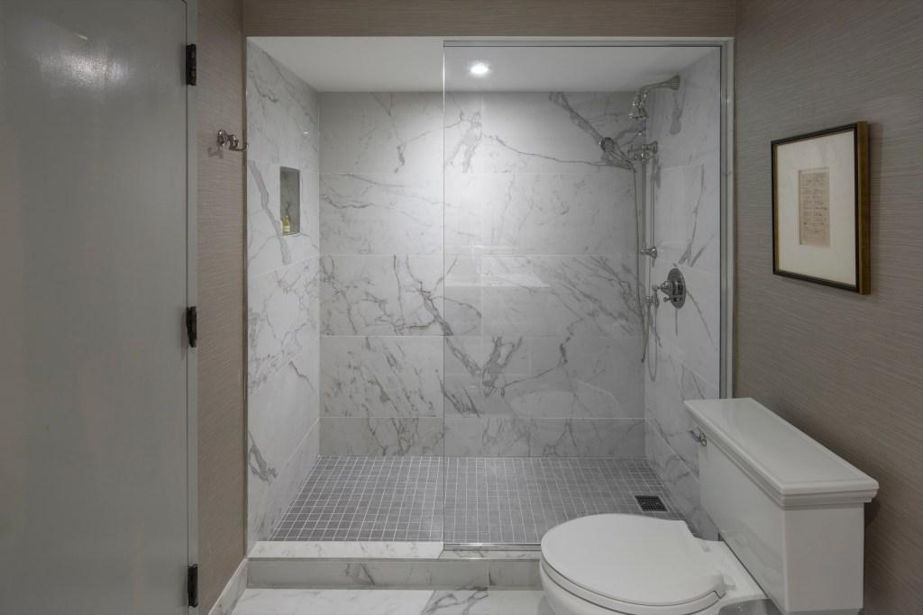 Lux King-bathroom (1)