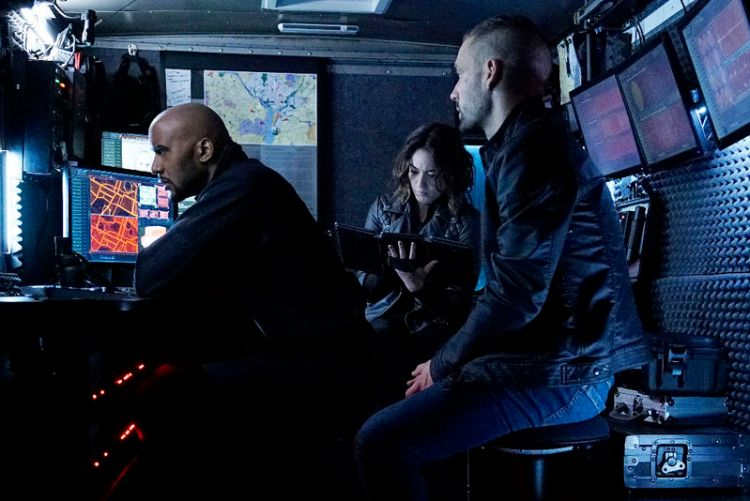 """MARVEL'S AGENTS OF S.H.I.E.L.D. - """"Among Us Hide..."""" - The stakes get even higher as Hunter and May continue to go after Ward and Hydra, and Daisy and Coulson begin to suspect that the ATCU may be keeping a big secret from S.H.I.E.L.D., on """"Marvel's Agents of S.H.I.E.L.D.,"""" TUESDAY, NOVEMBER 3 (9:00-10:00 p.m., ET) on the ABC Television Network. (ABC/Kelsey McNeal) HENRY SIMMONS, CHLOE BENNET, NICK BLOOD"""