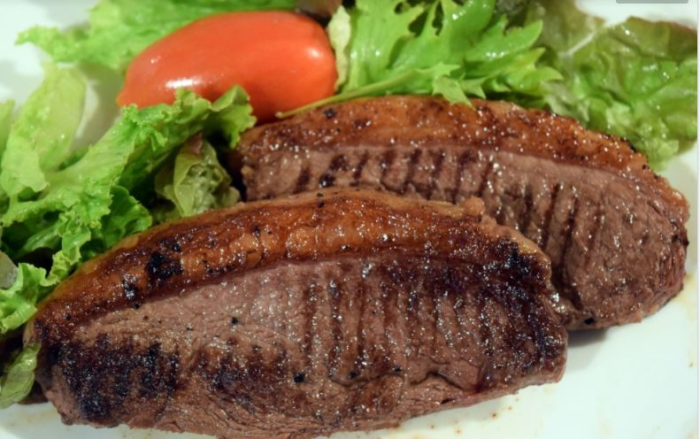 steak with tomato and lettuce