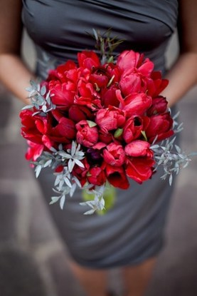 Red and grey wedding {via weddingomania.com}