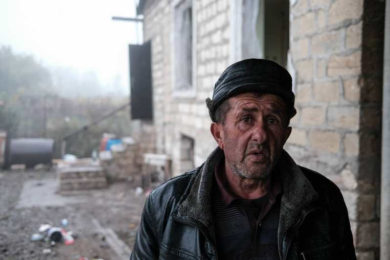 Father and son, Vagif and Saro, burn down their house to keep out of enemy hands