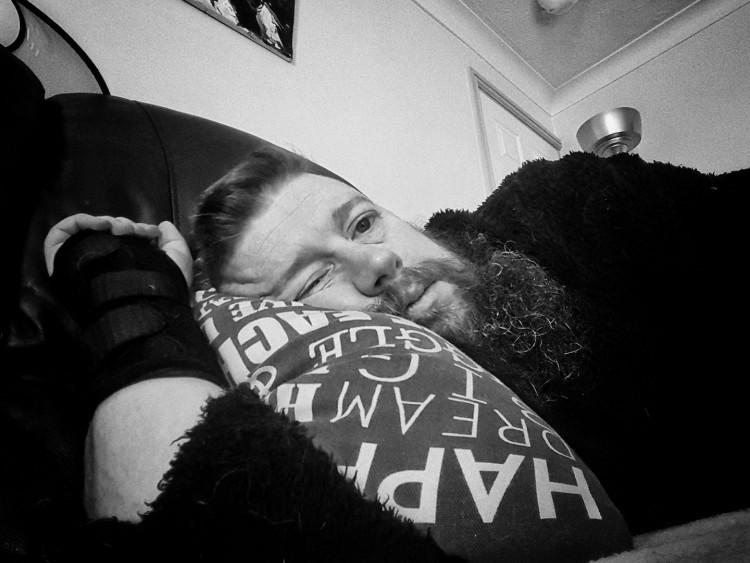 hombre tumbado en el sofá en la almohada