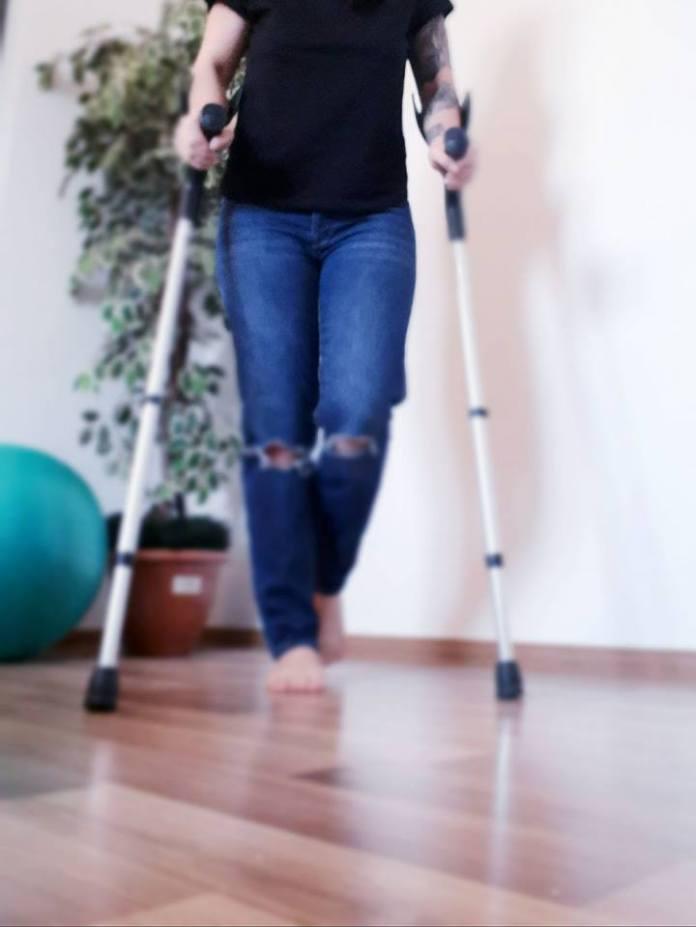 mulher andando de muletas