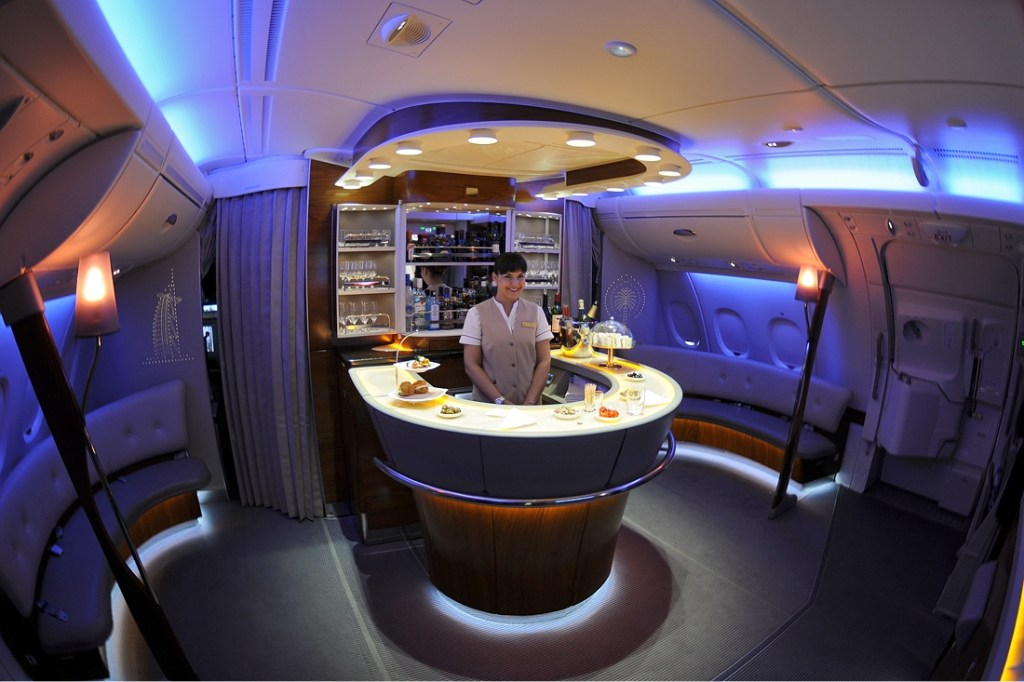 Emirates_Airbus_A380-861_onboard_bar_Iwelumo