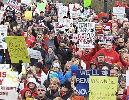 Maestros protestan contra ataques del gobierno en Frankfurt, Kentucky, el 12 de marzo.