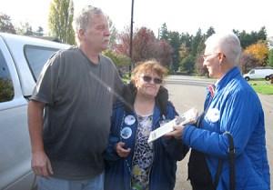Trabajador postal jubilado Jim Kirwan habla con Pat Scott (centro) y Mary Martin (der.) sobre el Militante y Partido Socialista de los Trabajadores en Federal Way, Washington, oct. de 2017.
