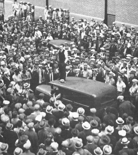"""Dirigentes del Partido Socialista de los Trabajadores fueron pioneros del movimiento comunista nor-teamericano y mundial en los años 20 y de las batallas obreras que forjaron sindicatos industriales en los 30, incluyendo campañas que integraron a decenas de miles de camioneros al sindicato Teamsters. Arriba, dirigente de los Teamsters en Minneapolis anuncia victoria en huelga de choferes en 1934. El sindicato local de los Teamsters organizó una Guardia de Defensa Sindical para frenar reclutamiento fascista y encabezó la oposición sindical a los objetivos imperialistas de Washington en la II Guerra Mundial. """"Nos enseñó lo que la clase trabajadora norteamericana es capaz de hacer cuando se des-pierta al calor de la lucha"""", dijo Waters. Abajo, James P. Cannon, veterano dirigente del PST (sentado, segundo desde la izq.), fue fundador del movimiento comunista de EE.UU. en 1919 y delegado al congreso de 1922 de la Internacional Comu-nista en Moscú. También en la mesa están Karl Radek (Partido Bolchevique, Rusia, izq.) y Clara Zetkin (Partido Comunista, Alemania, der.). Al podio está Claude McKay, delegado de EE.UU."""