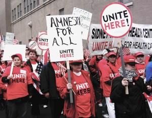 """Manifestación del Primero de Mayo en Chicago, en 2006, exige """"amnistía para todos""""."""