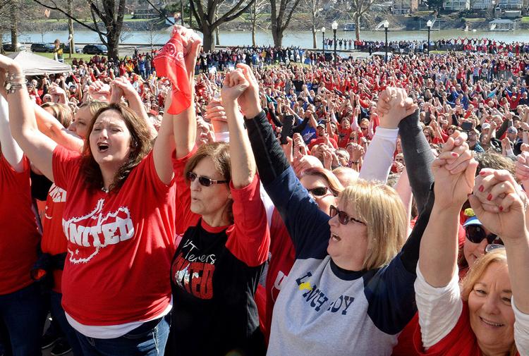 """Maestros en huelga frente al capitolio en Charleston, Virginia del Oeste, 26 de febrero de 2018, al estallar una de las batallas obreras más importantes en Estados Unidos en décadas. Los maestros y otros trabaja-dores escolares salieron en huelga en todo el estado, ganando apoyo de estudiantes, padres, iglesias y otros sindicatos. Las huelgas y protestas se extendieron a Oklahoma, Kentucky, Arizona, Colorado y Carolina del Norte. """"Lo que ha pasado allí es una refutación viva de la imagen de una clase trabajadora 'retrógrada' según la pintan los liberales de clase media y buena parte de la izquierda radical"""", dice Mary-Alice Waters, dirigente del Partido Socialista de los Trabajadores."""