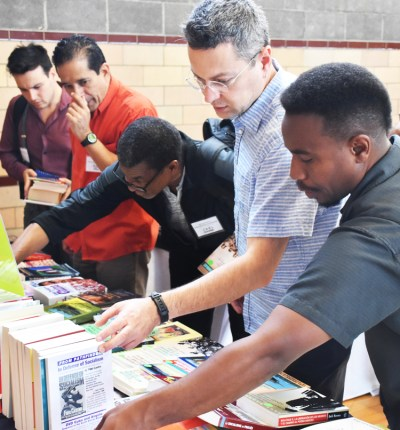 Los conferencistas, muchos participando por primera vez, compraron libros sobre el programa del partido