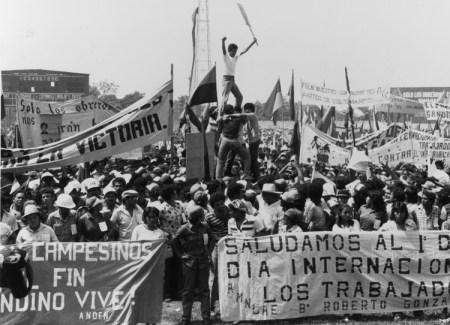 Acto del Primero de Mayo en 1984 en Chinandega, Nicaragua. La revolución de 1979 dio a luz a un gobierno de trabajadores y agricultores, pero el Frente Sandinista cambió curso, y en 1990 formó alianzas con capitalistas y sacó al pueblo trabajador del poder.