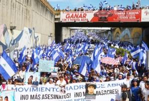 Movimiento de Madres de Abril encabeza una marcha el 30 de mayo, Día de las Madres, en Managua, Nicaragua, para honrar a personas asesinadas y heridas por pandillas del gobierno durante la manifestación de abril. Casi 300 personas han muerto.