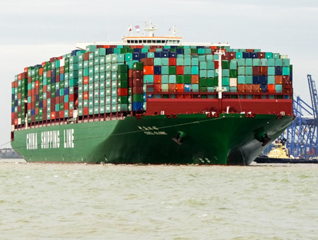 Chinese container ship CSCL Globe docks at Felixstowe, U.K., Jan. 7, 2015. Tariffs imposed on Chinese imports by Washington, like similar conflicts with other governments, aim to push Beijing into talks and get more favorable terms for U.S. bosses. Labor movement needs to start from workers common interest around the world, and oppose U.S. rulers' protectionist moves.