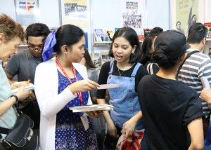 Manila book fairgoers crowd into Pathfinder booth featuring books by revolutionary leaders.