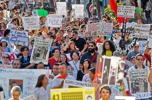 """Arriba, protesta en Guadalajara, 26 de septiembre de 2015, aniversario de """"desaparición"""" de 43 estudiantes de Ayotzinapa. El crimen y narcotráfico es una crisis para trabajadores. Izquierda, presidente electo Andrés López Obrador."""