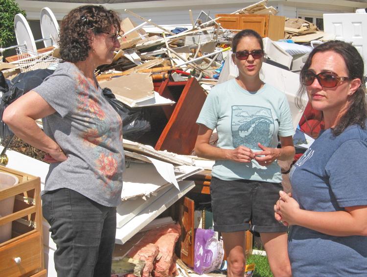 Rebecca Stutts (centro) y Samantha Worrell (der.) presentan a Rachele Fruit, candidata del Partido Socialista de los Trabajadores para gobernadora de Georgia, a trabajadores en zonas costeras de Carolina del Norte, abandonados por gobernantes capitalistas tras ciclón Florence.