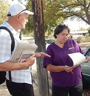 Dennis Richter, SWP candidate for U.S. Senate, speaks with SEIU union member Alva Rodriguez in Selma, California.