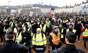 """Dec. 15 yellow vest protest in Lyons, France, part of nationwide actions. """"I never thought we'd be doing this,"""" bus driver Sylvie Orquin told Militant at traffic circle protest in Normandy."""