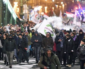 Protesters march on Szabadsag Bridge in Budapest, Hungary, Dec. 14 against government's anti-labor measures, including authorizing bosses to impose more forced overtime on workers.