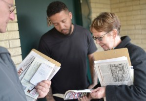 Alyson Kennedy, Socialist Workers Party candidate for Dallas mayor, shows auto worker Jason Denton new book In Defense of US Working Class, Jan. 25, while campaigning door to door.