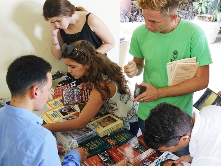 Estudiantes en la Universidad de Las Villas en Santa Clara, Cuba, seleccionan y compran libros después de presentación y debate con trabajadores de Estados Unidos y el Reino Unido sobre la lucha de clases en Estados Unidos, el 19 de febrero.