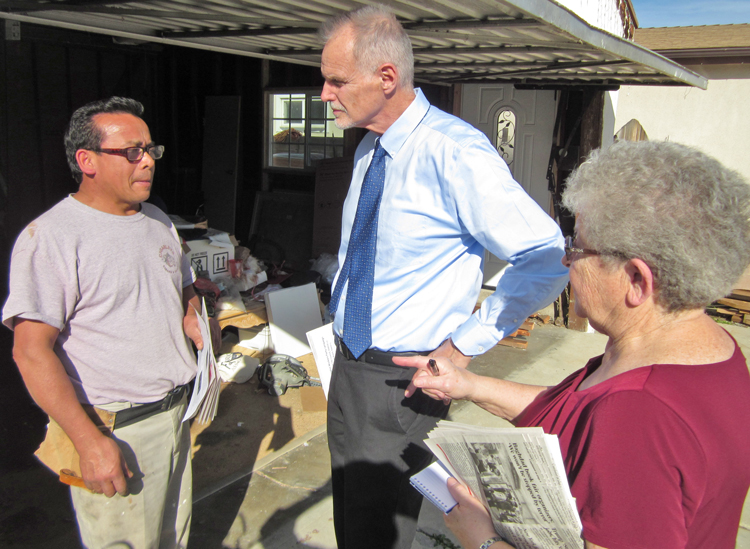 """Dennis Richter, center, Socialist Workers Party candidate for Los Angeles City Council, and campaign supporter, Barbara Bowman, speak to Lenin Mendoza in Reseda, San Fernando Valley Feb. 24. Mendoza said, """"It's hard for people to pay for basic necessities now,"""" as he bought subscription to the Militant and In Defense of the US Working Class."""