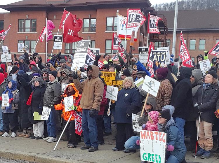Protesta frente a sede de Wabtec, marzo 6, en Wilmerding, Pennsylvania, en solidaridad con sindicato de electricistas UE en huelga en Erie. Patronal impuso escala salarial de dos niveles.