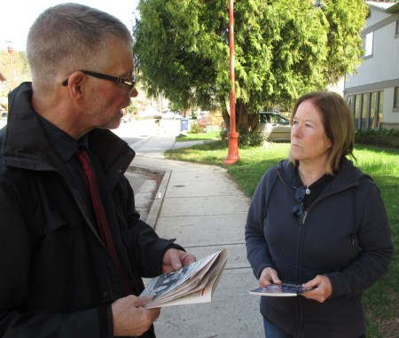 """""""I can't understand why they would allow a plane to fly when it's not proven safe,"""" former Boeing worker Karen Berney told Henry Dennison, SWP candidate for Seattle City Council, outside her home in Issaquah, Washington, April 4. Bosses' drive for profits was behind recent Boeing crashes, Dennison said."""