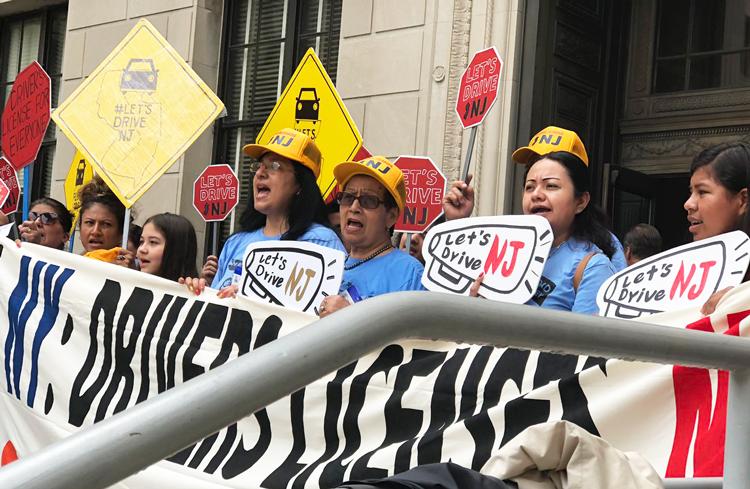 Victoria en lucha por licencias de conducir para inmigrantes en Nueva York impulsa la lucha por licencias en Nueva Jersey y refuerza la lucha por la amnistía para los 11 millones de inmigrantes indocumentados en EEUU. Arriba, protesta por licencias en Trenton, Nueva Jersey, 20 de junio.