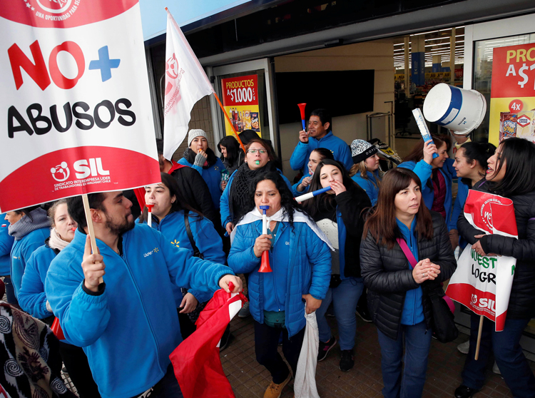 """Walmart workers picket in Santiago, Chile, July 10, part of strike by 17,000 members of SIL union for better wages, and against job cuts and speedup. Sign reads, """"No more abuses."""""""