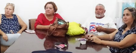 Some 20 opponents of U.S. colonial rule in Puerto Rico exchanged views with Socialist Workers Party delegation visiting Mariana neighborhood of Humacao Aug. 17 at invitation of Arecma community group. From left, Rosalina Abreu, Arecma president; retired teacher Mildred Laboy; farmer Julio Antonio Rivera; and unidentified participant.