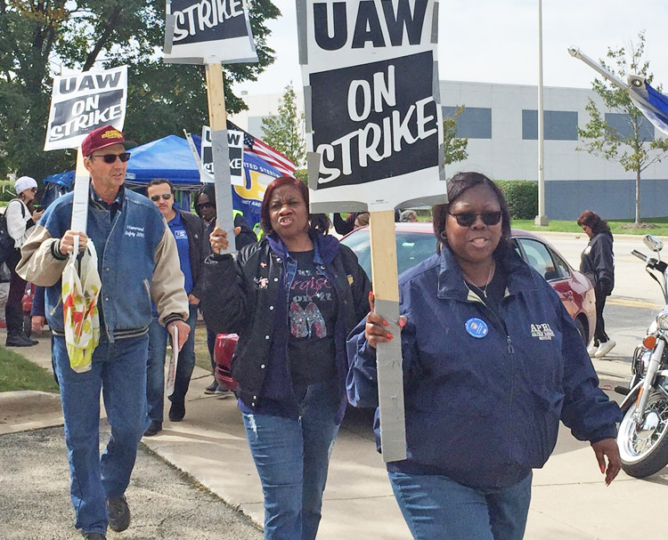 Autoworkers picket line at Bolingbrook, Illinois, GM plant was reinforced by Steelworkers Oct. 5. As bosses force longer strike, UAW strikers need solidarity to stand up to auto barons.