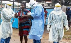 Internacionalistas cubanos ayudan a paciente con ébola en Liberia en 2015. Unos 250 voluntarios médicos, enfermeras y otros trabajadores de la salud cubanos dirigieron lucha exitosa en 2014-15 para detener la epidemia de ébola en África Occidental.