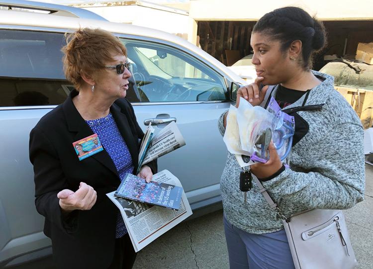 Alyson Kennedy, candidata presidencial del PST, y enfermera Christina Ware hablan cerca de viviendas San Leandro, donde residentes luchan contra planes del dueño de duplicarles la renta.