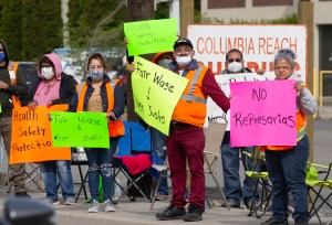 Piquet de grève à l'usine de transformation des fruits Columbia Reach Pack à Yakima, dans l'État de Washington, le 14 mai. Les travailleurs de six usines demandent une semaine de travail de 40 heures, de l'eau potable, une augmentation des salaires et la sécurité au travail.